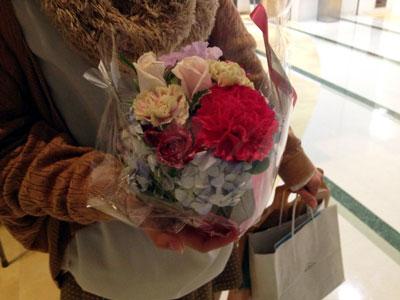 大阪から来られた女性にお花をいただきました!「開催してくれてありがとう」って!