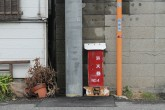 狭い路地を抜けたT字路には、消火栓が。狭い路地に消防自動車が入れないからか・・・?