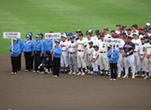 ひさしぶりに踏んだ甲子園の土。またひとつ思い出が増えた。8月2日の高校野球開会式の日にも集まる予定だ。
