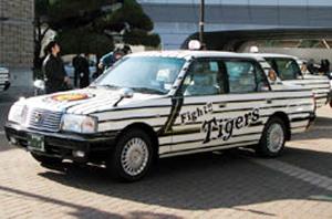 縦じまの車体に猛虎マークのタイガースキャブ。1号車から7号車まで、背番号がついている。ナンバープレートも同じ番号だ