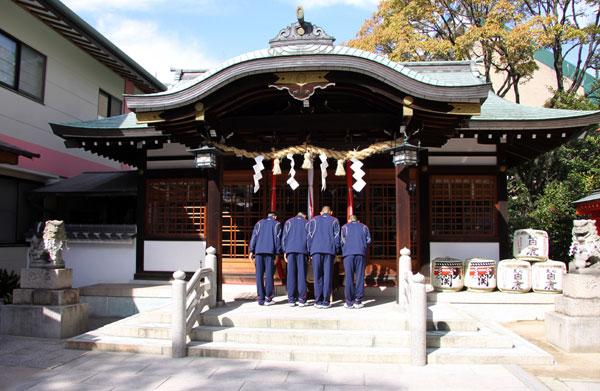 甲子園すさのお神社にお参りする球児たち