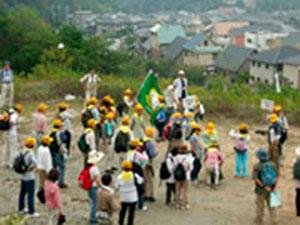 緑色の旗のもとに集まる 「緑の少年団」。未来の森の担い手だ