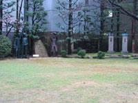 野球する像が見守る高野連の中庭