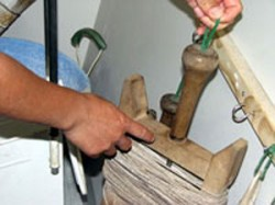 ロープを巻いてある道具の持ち手は、折れたバットのグリップ