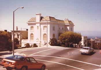 当時のサンフランシスコ総領事館公邸。スティーブ・マックイーン主演の『ブリット』のオープニングに出て来た館。