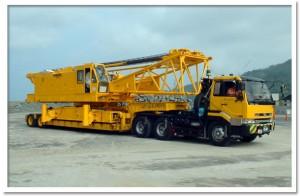 250メートル吊のクレーンを、トレーラーに積んだところ。クレーンは分解して運搬する。