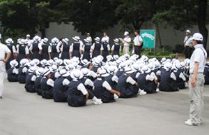 夏の甲子園の開会式を目前に最後のミーティング。プラカードガールの白い帽子は、今も同じ。