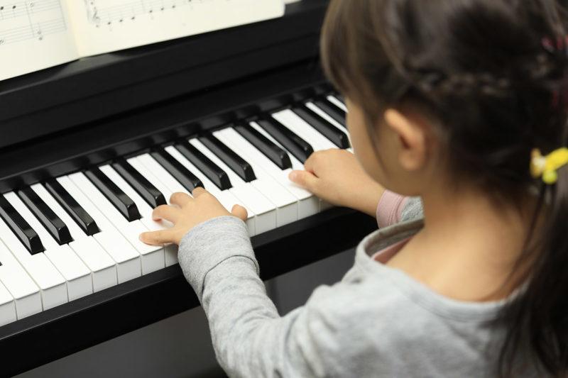 ピアノを弾く幼児(5歳児)